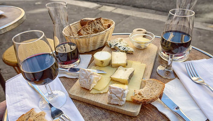 Vins, fromages et pain Français